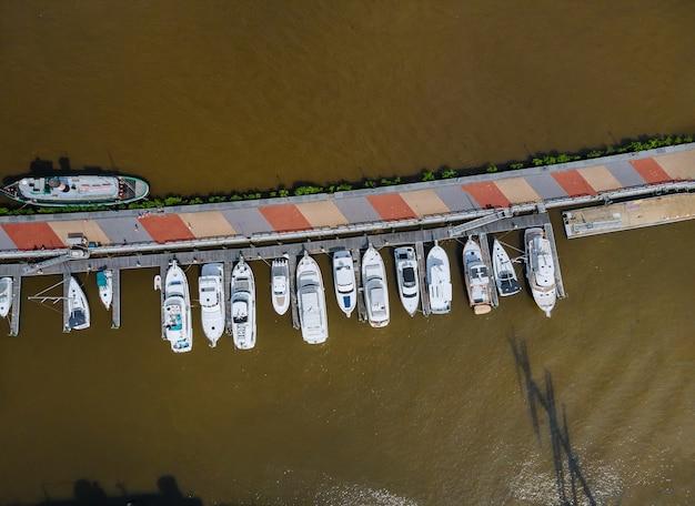 Vista aerea di una zona residenziale costiera del bellissimo porto turistico in moli di barche da spiaggia
