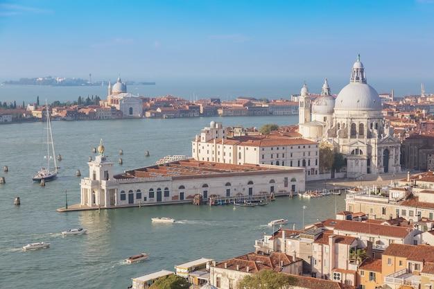 Vista aerea di venezia, santa maria della salute con guidecca durante la giornata estiva di primo mattino.