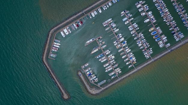 Vista aerea di yacht e barche ormeggiate nel porto turistico.