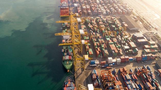 Vista aerea o vista superiore della nave da carico, contenitore di carico nel porto del magazzino