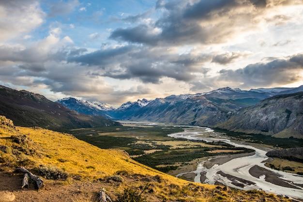 Vista aerea panoramica del fiume nel villaggio di chalten e delle sue montagne innevate. la patagonia. argentina