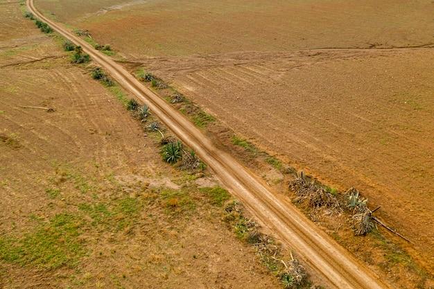 Vista aerea panoramica del paesaggio di una strada in pianura