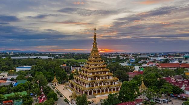 Vista aerea phra mahathat kaen nakhon, wat nong wang, khon kaen, tailandia.