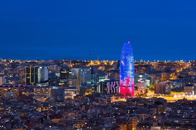 Vista aerea scenica del grattacielo e dell'orizzonte della città di barcellona alla notte a barcellona, spagna.