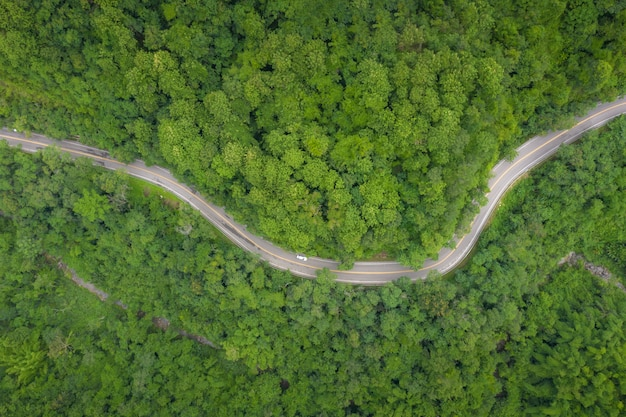 Vista aerea sopra la strada della montagna che passa attraverso il paesaggio tropicale della foresta pluviale in tailandia.