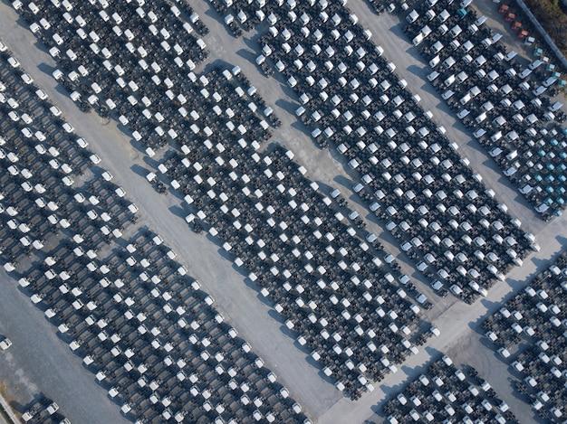 Vista aerea superiore del parcheggio bianco del rimorchio del carico, allineamento del rimorchio. consegna, logistica.