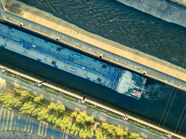 Vista aerea superiore del terminal gateway nave dock nel porto.