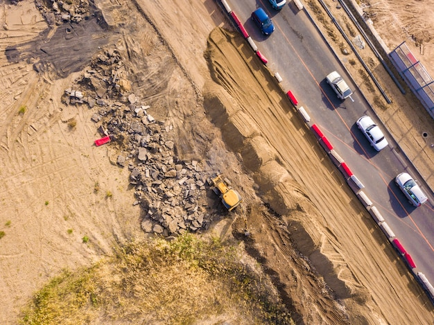 Vista aerea superiore del terreno di scavo giallo lavoro bulldozer