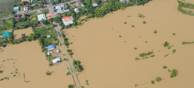 Vista aerea superiore di risaie allagate e il villaggio