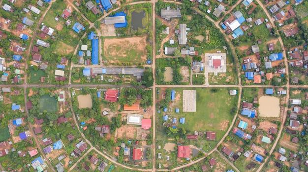 Vista aerea superiore di villaggi in un cerchio preso con droni