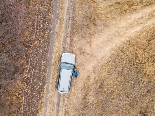 Vista aerea superiore o l'auto sulla strada o strada in campagna in una giornata piovosa