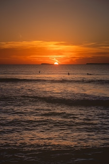 Vista affascinante dell'oceano calmo durante il tramonto nelle isole mentawai, indonesia