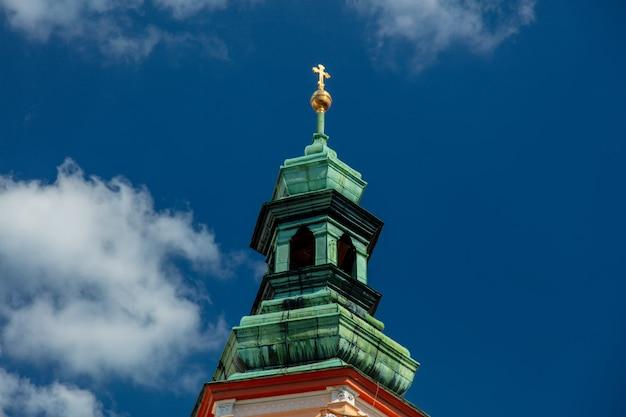 Vista alla torre del monastero e dell'abbazia con l'incrocio a henrykow, polonia