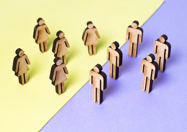 Vista alta della gente delle donne e degli uomini del cartone