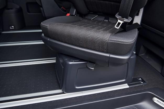 Vista alta vicina del lato dell'interno moderno dell'automobile con il sedile mobile