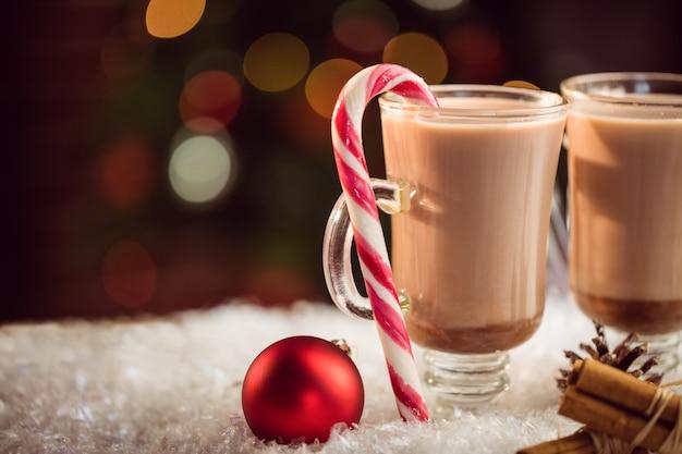 Vista alta vicina di estremo dell'immagine composita del cioccolato caldo