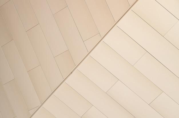 Vista angolare della parete piastrellata di colore beige