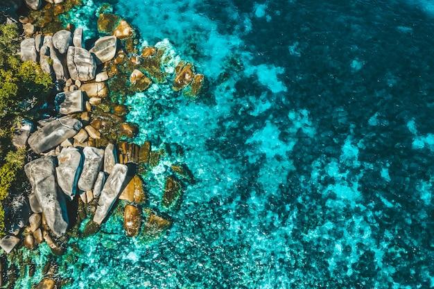 Vista areale della roccia nell'isola di boulder, myanmar