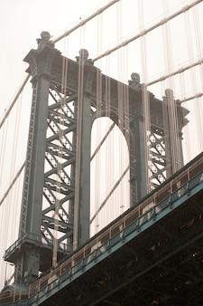 Vista ascendente del ponte di manhattan a manhattan, new york city, usa