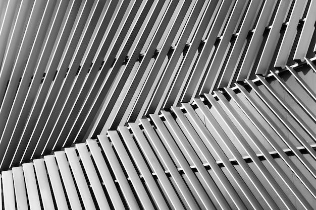Vista astratta del primo piano di argento moderno arieggiato su costruzione