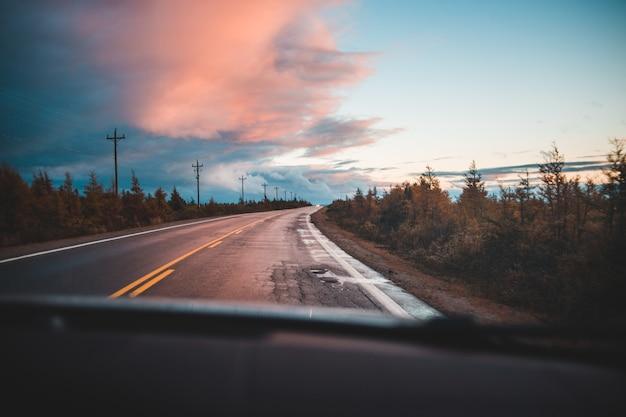 Vista autostrada vuota dall'interno della macchina