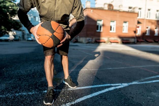 Vista bassa uomo con un pallone da basket