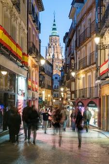 Vista crepuscolare della città antica di toledo in castilla la mancha con santa iglesia catedral.