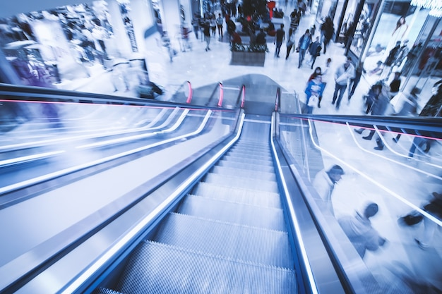 Vista da scale mobili nel centro commerciale in movimento