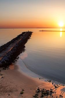 Vista da sogno di un molo di marea al tramonto.