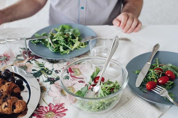 Vista da sopra dei pomodori e dei verdi che si trovano sul piatto