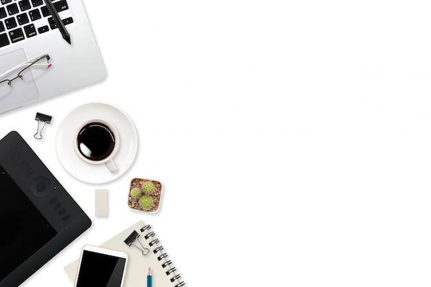 Vista da tavolino funzionante del grafico con il computer portatile, l'esposizione della penna, lo stilo della compressa, gli articoli per ufficio e la tazza di caffè su bianco