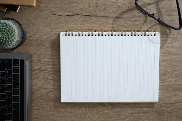 Vista da tavolo con un computer portatile intestazione scrivania