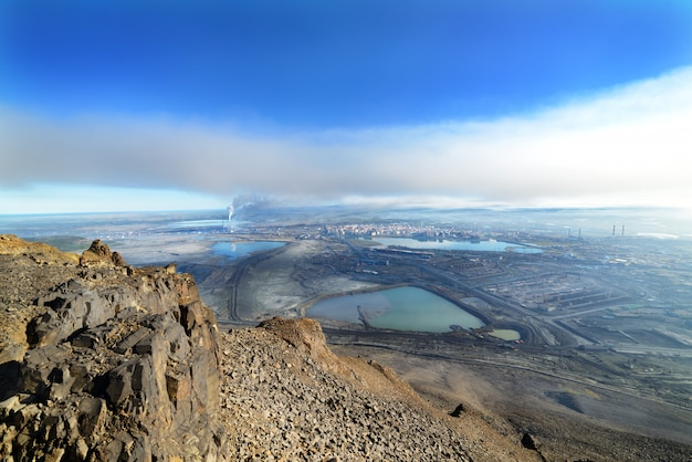 Vista da un picco di montagna in una città industriale