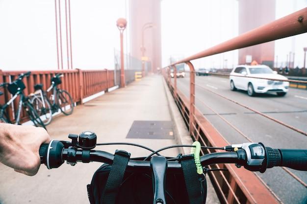 Vista da una bicicletta sul golden gate bridge di san francisco.