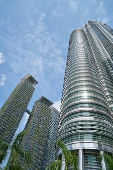 Vista dal basso dei grattacieli con piante decorative