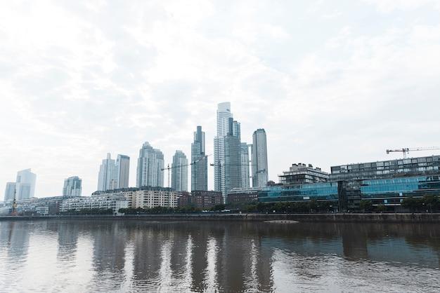 Vista dal basso dello skyline della città