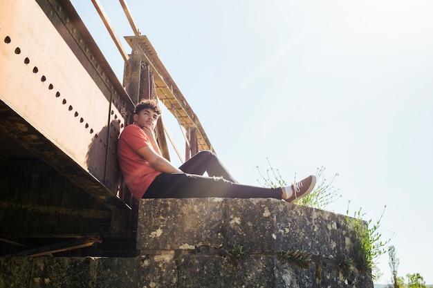 Vista dal basso di contemplare l'ubicazione dell'uomo sul pilastro del ponte