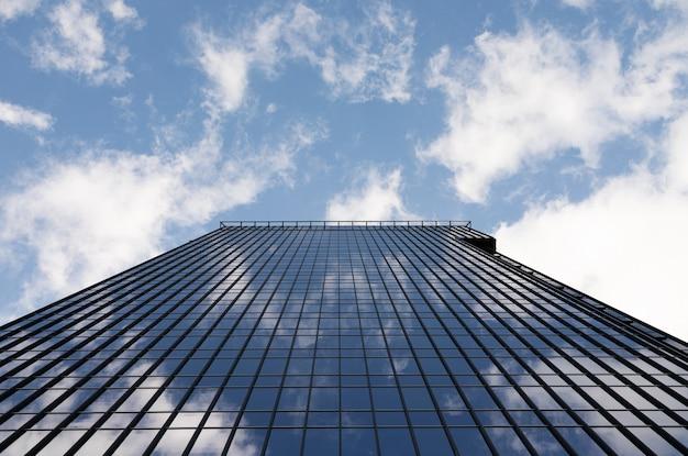Vista dal basso di un moderno grattacielo di vetro