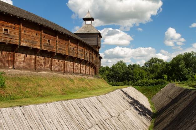 Vista dal basso di un profondo fossato di fortificazione in legno sotto le mura della fortezza di una fortezza in legno