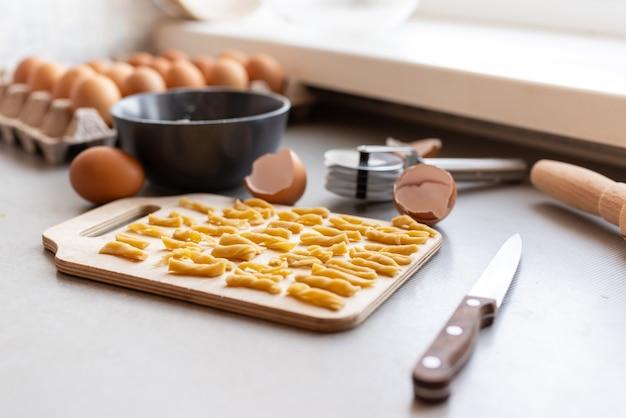 Vista dal basso pasta con uova