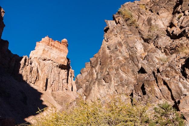 Vista dal fondo del canyon di charyn - la formazione geologica consiste in una stupefacente grande pietra di sabbia rossa. charyn national park. kazakistan.