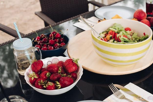 Vista dal lato della frutta dolce in piedi nel piatto