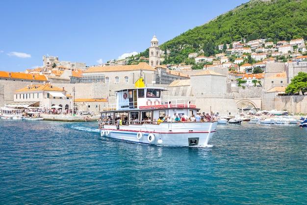Vista dal mare della città vecchia e dal porto con yacht e barche, dubrovnik, croazia.