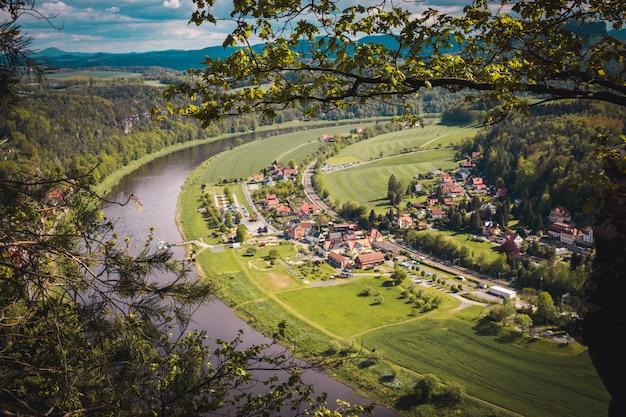Vista dal punto di vista del parco nazionale bastei alla città della città e il fiume elba.