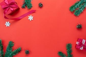 Vista dall'alto tavolo di decorazioni di Buon Natale e ornamenti di felice anno nuovo.
