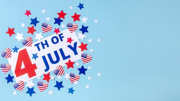 Vista dall'alto 4 del segno di luglio con stelle e cuori con copia-spazio