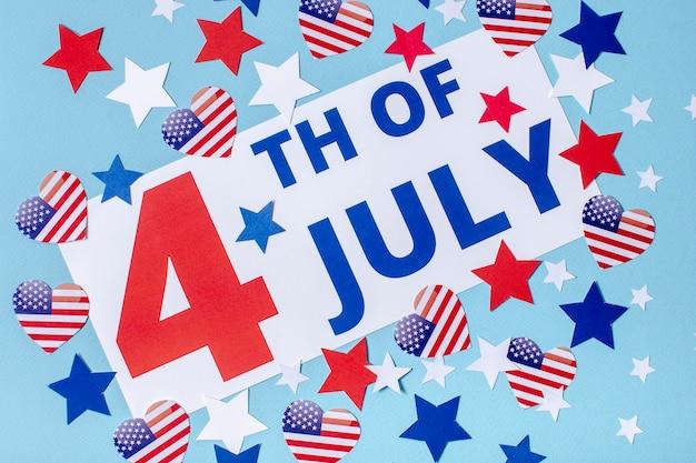 Vista dall'alto 4 del segno di luglio con stelle e cuori