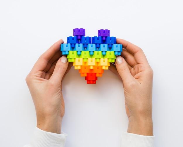Vista dall'alto a forma di cuore fatta di blocchi lego