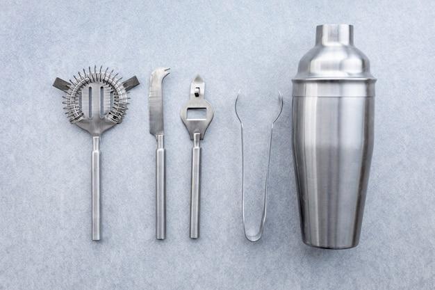 Vista dall'alto accessori da cocktail in metallo