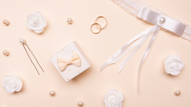 Vista dall'alto accessori da sposa sul tavolo